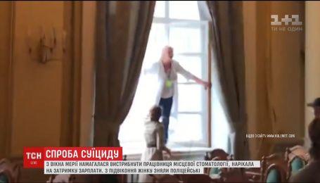 Попытка суицида во время сессии горсовета. Во Львове женщина пыталась выпрыгнуть со второго этажа
