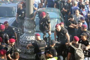"""Один з """"євробляхарів"""" під час акції під Радою намагався побити депутата, його затримали"""