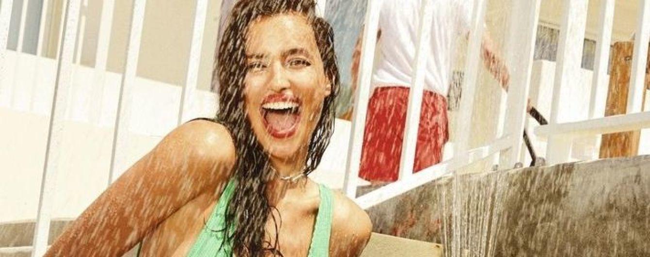 В яскравому купальнику за 30 доларів: сексуальна Ірина Шейк знялася у фотосесії для глянцю