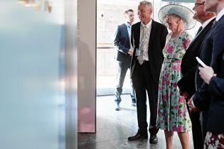 В цветочном платье цвета бирюзы: 78-летняя датская королева Маргрете II сходила на выставку