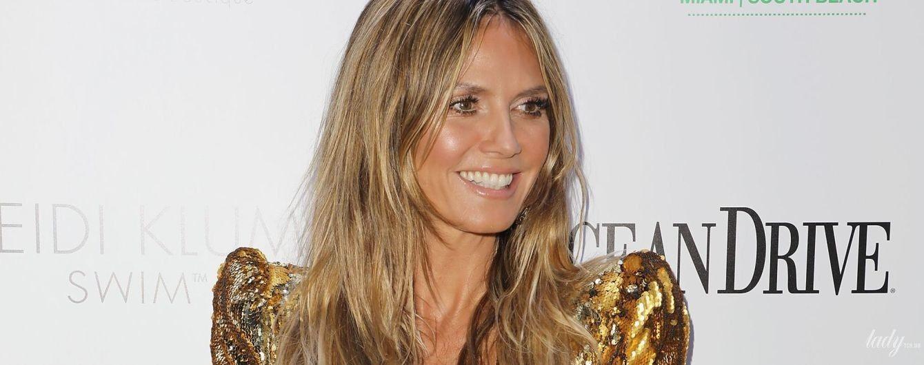 Подчеркнула декольте: Хайди Клум в золотом мини-платье приехала на презентацию журнала