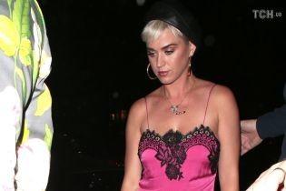 """Соблазнительная Кэти Перри в розовой """"ночной рубашке"""" и кроссовках сходила на свидание с Блумом"""