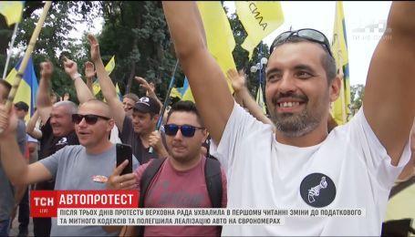 """Водители на """"евробляхах"""" постепенно разблокируют улицу Грушевского"""