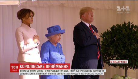 Многотысячные протесты и ужин с Королевой: Трамп прилетел в Британию
