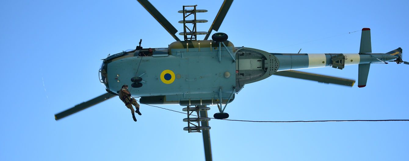 """С вертолета прямо на судно: ГПС показала, как украинские военные выполняют опасный """"трюк"""""""