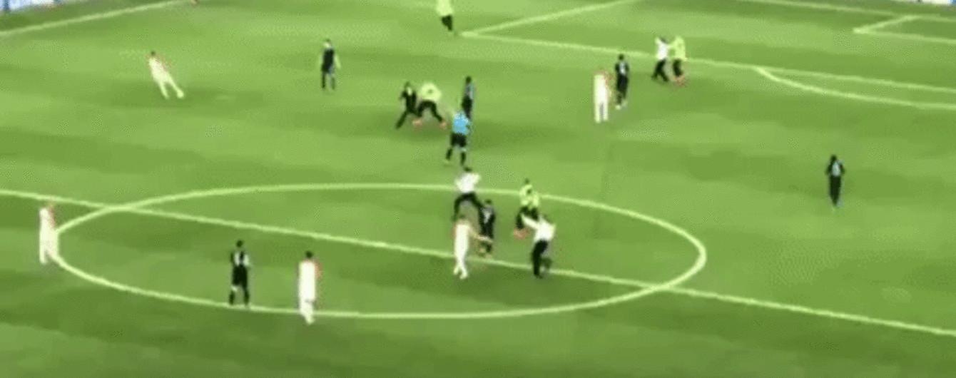 Pussy Riot у міліцейській формі вибігли на поле під час фіналу Чемпіонату світу
