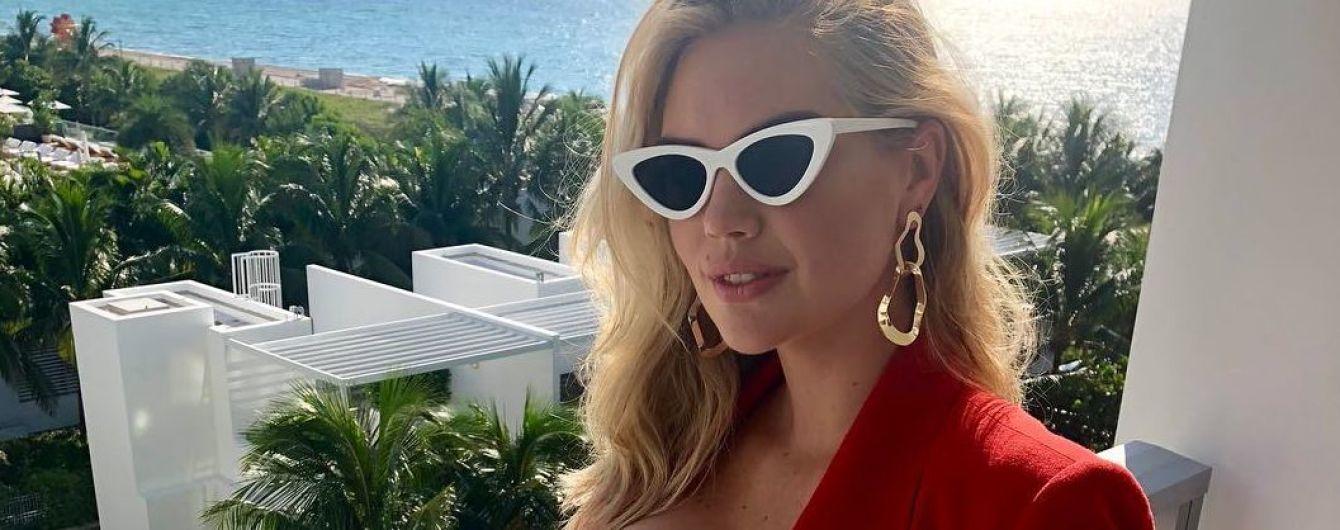 В белом топе с эффектным декольте: модель Кейт Аптон поделилась с поклонниками радостной новостью