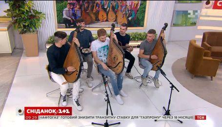 """Группа """"Шпилясті Кобзарі"""" сыграла в студии """"Сніданку"""" и рассказала, почему может исчезнуть школа кобзарей"""