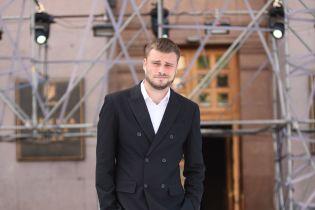 Єгор Гордєєв разом з Аллою Костромічовою оголосили ім'я найкращого молодого дизайнера