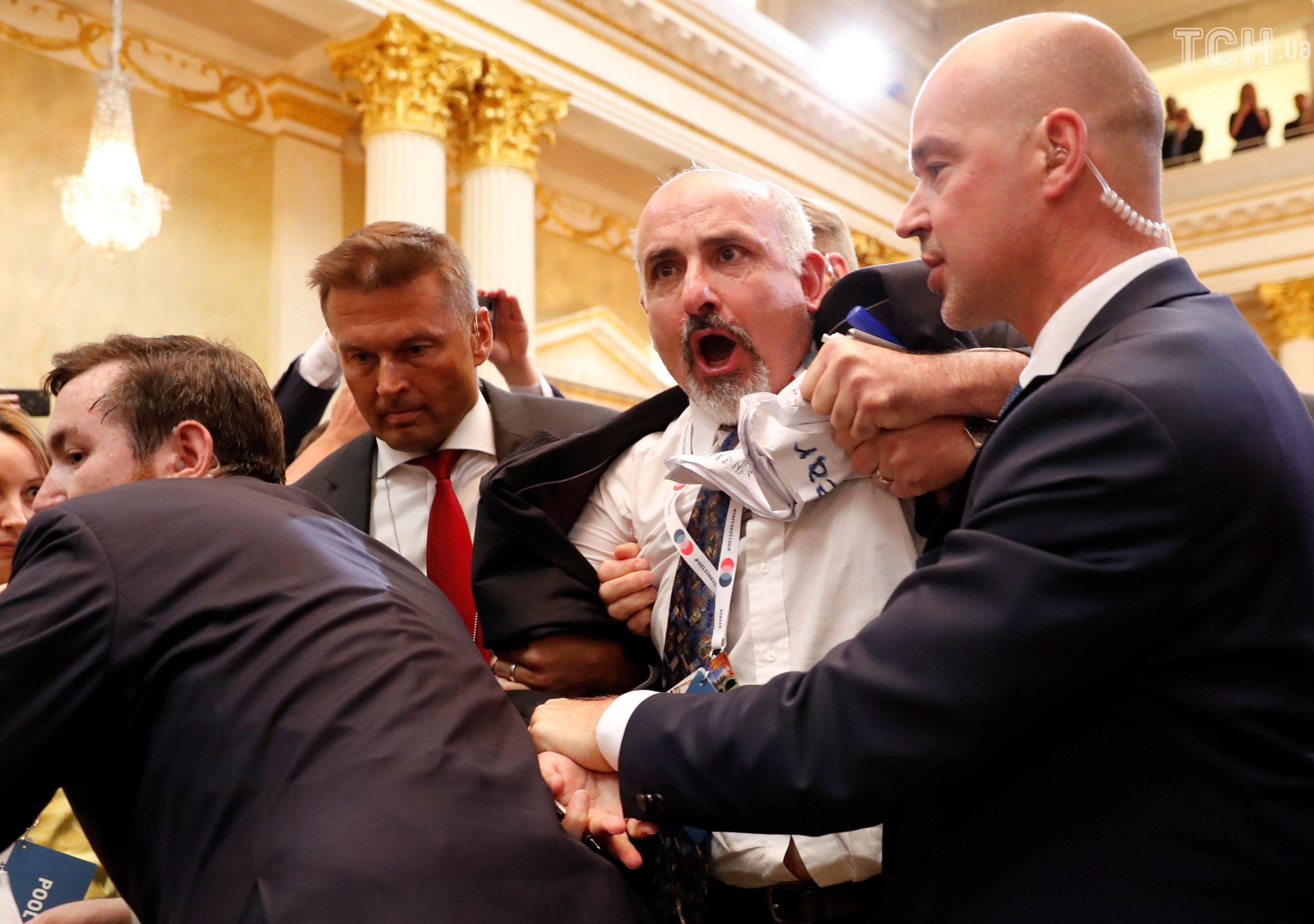 З прес-конферерція Трампа-Путіна вивели активіста з плакатом_6