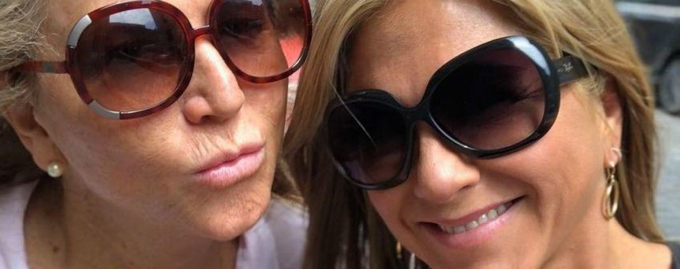 В майке и шлепках без каблуков: Дженнифер Энистон гуляет по Монреалю