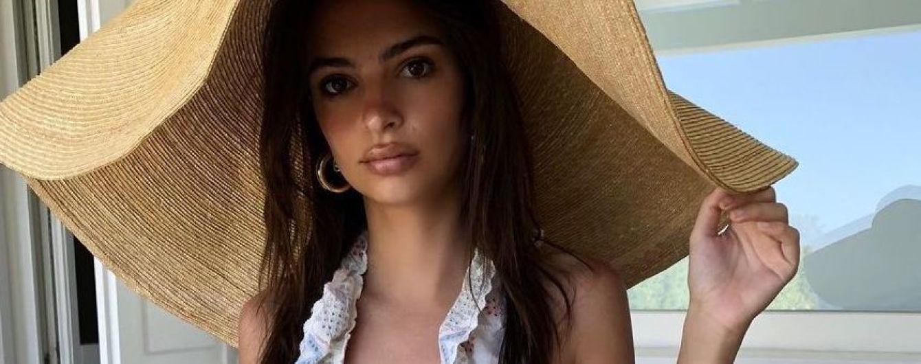 В купальнике с рюшами и шляпе: Эмили Ратажковски хвастается новыми пляжными снимками