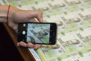 Нацбанк ввел в обращение обновленную купюру в 20 гривен. Фото и инфографика