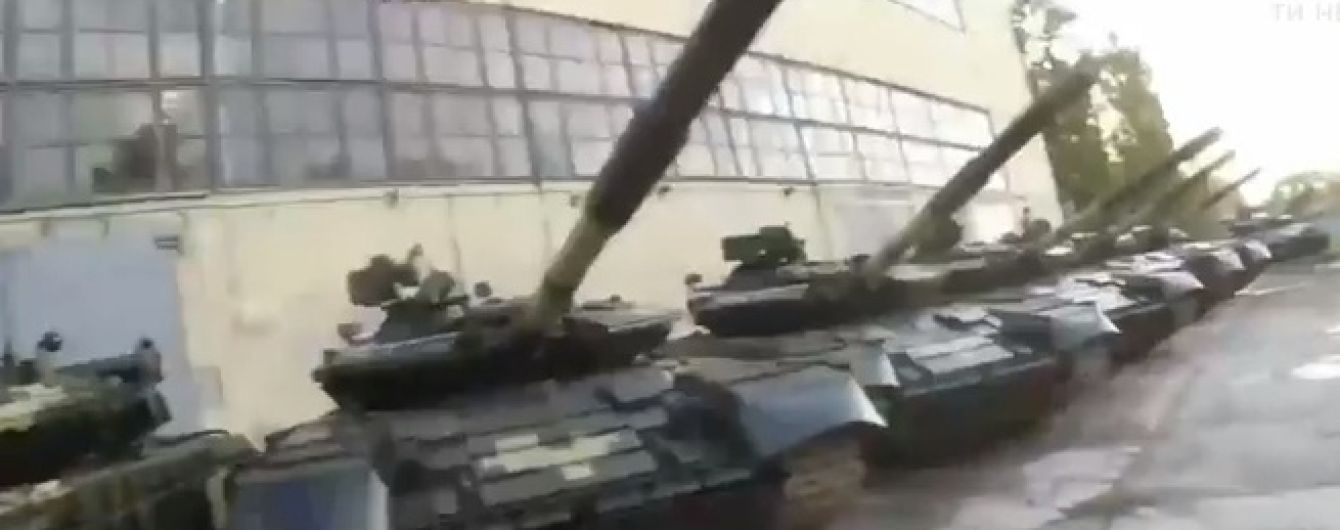 В Харькове блогеры без помех попали на бронетанковый завод и сняли на видео сотни списанных танков