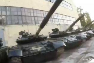 У Харкові блогери без перешкод потрапили на бронетанковий завод і зняли на відео сотні списаних танків