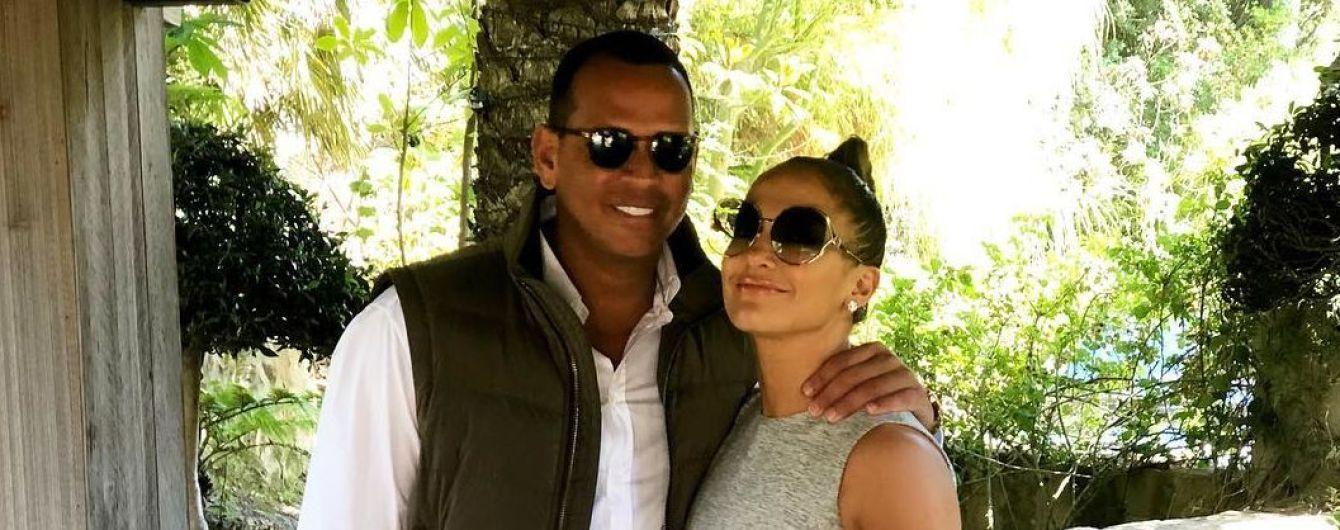 У міні-сукні та з сумкою Chanel: Дженніфер Лопес проводить час в обіймах бойфренда