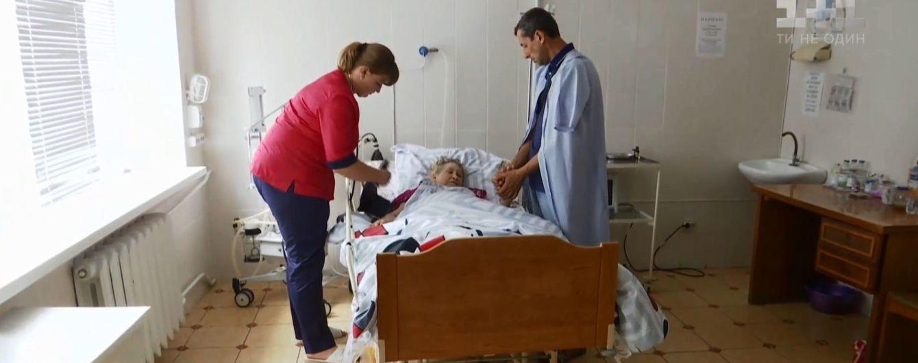 На Хмельниччині соцпрацівницю звинуватили в заморюванні пенсіонерки, котра відписала їй майно
