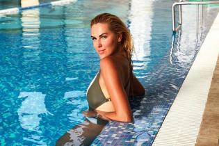 Яна Клочкова в купальнике похвасталась подтянутой фигурой