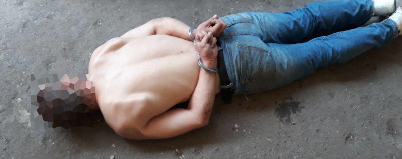 В Николаеве мужчина с ножом приставал к людям, а во время задержания изображал больного
