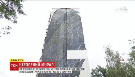 Жители столичного дома испортили мурал пенопластом
