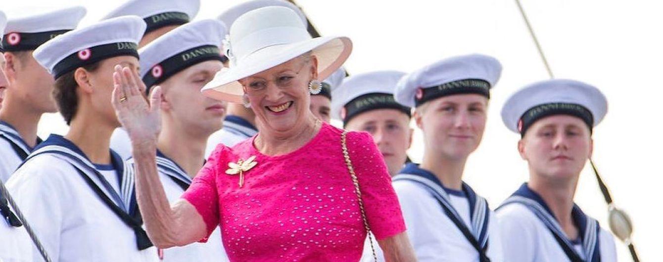 В платье цвета фуксии и со стрекозой на груди: 78-летняя королева Маргрете II впечатлила своим летним образом
