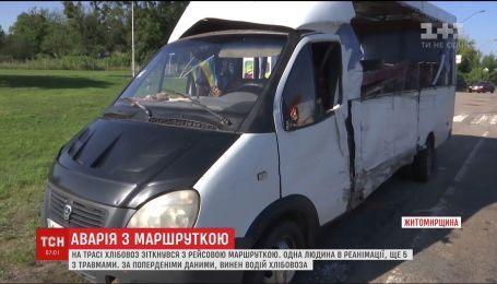 Хлебовоз врезался в маршрутку с пассажирами на трассе под Житомиром