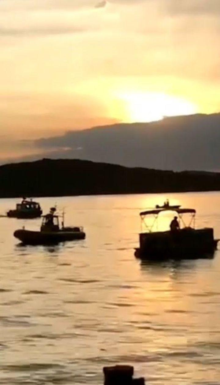 Автомобиль-амфибия с тремя десятками туристов затонул в США, есть погибшие