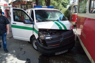 У Києві інкасатори протаранили трамвай