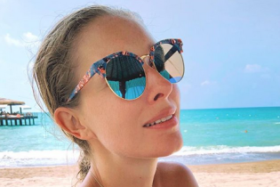 У стильних окулярах на пляжі: Катя Осадча поділилася знімком з відпочинку