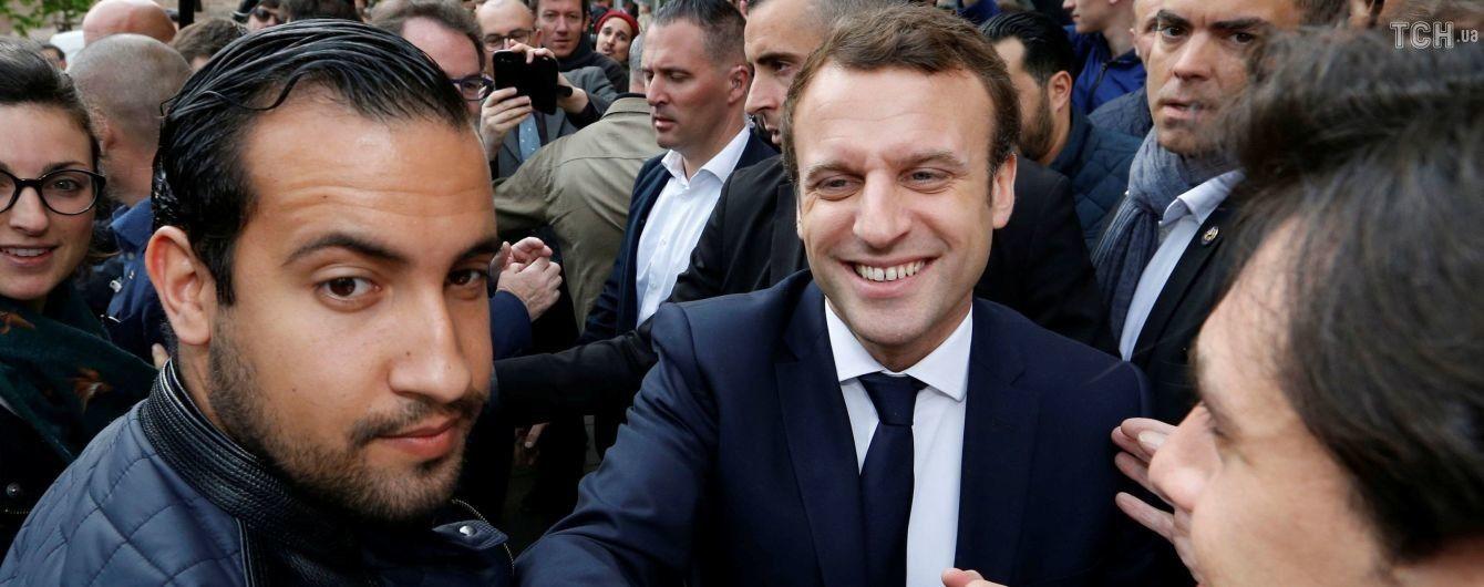 У Франції звільнять голову охорони Макрона за побиття мітингувальників - ЗМІ