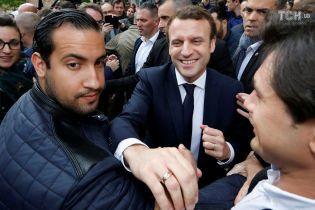 Во Франции уволят главу охраны Макрона за избиение митингующих - СМИ
