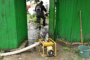 В Чернигове спасатели пытаются не допустить затопления города бытовыми отходами с полигона