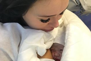 Статус деда: Луценко показал фото новорожденной внучки