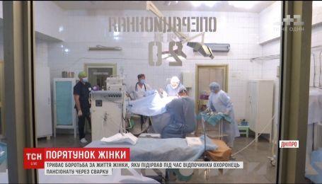 Лікарі борються за життя жінки, якій осколки прошили голову під час відпочинку на Донеччині
