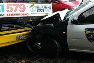 Во Львове авто охраны влетело в маршрутку, пострадали подростки