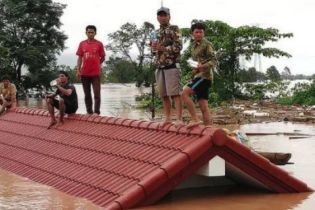 В Лаосе прорвало дамбу – большая вода забирает жизни и разрушает тысячи домов