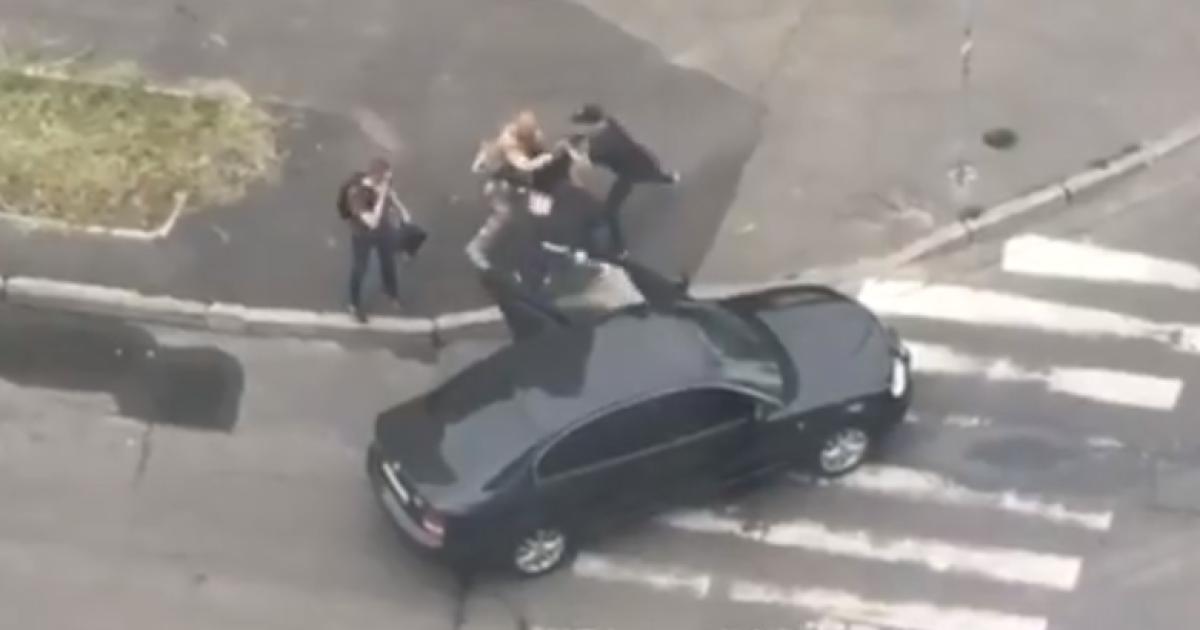 В Сети появилось видео задержания мужчины в Киеве: правоохранители не комментируют