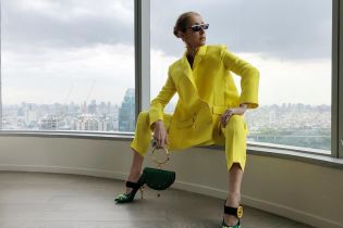 В ефектному жовтому костюмі і туфлях Prada: 50-річна Селін Діон вразила образом