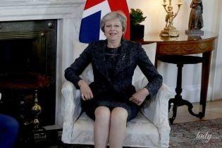 В костюме и красных туфлях: образ Терезы Мэй на встрече в своей резиденции