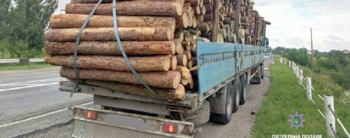 В Ивано-Франковской области перегруженная деревом фура устроила гонки