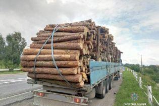 На Івано-Франківщині перевантажена деревиною фура влаштувала перегони