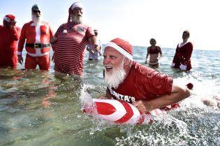 Різдвяні діди на морі: Санта-Клауси з усього світу відпочивають на пляжі