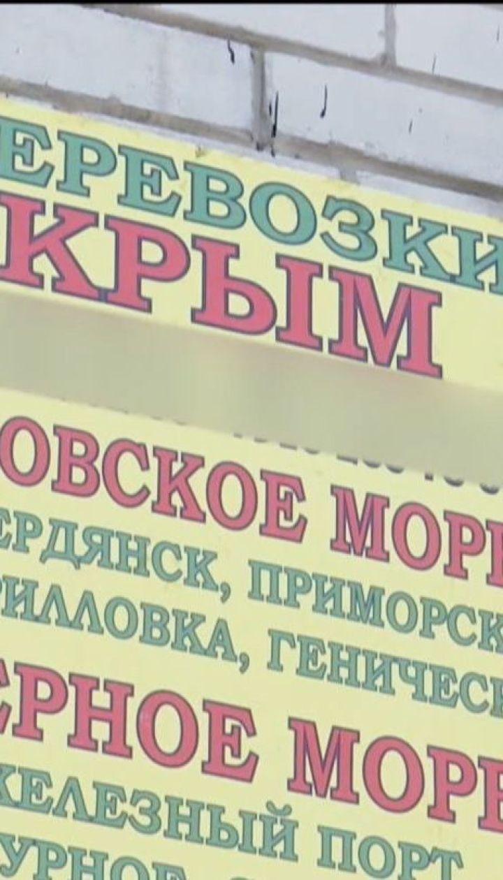 Коммунальщики в Днепре ежедневно снимают до десяти килограммов рекламы поездок в Крым