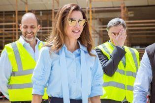 В красивой рубашке и брюках: королева Рания вышла в свет в новом стильном образе