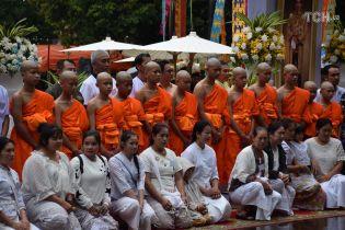 Врятовані тайські діти стали послушниками буддійського храму та розповіли, кому присвячують службу