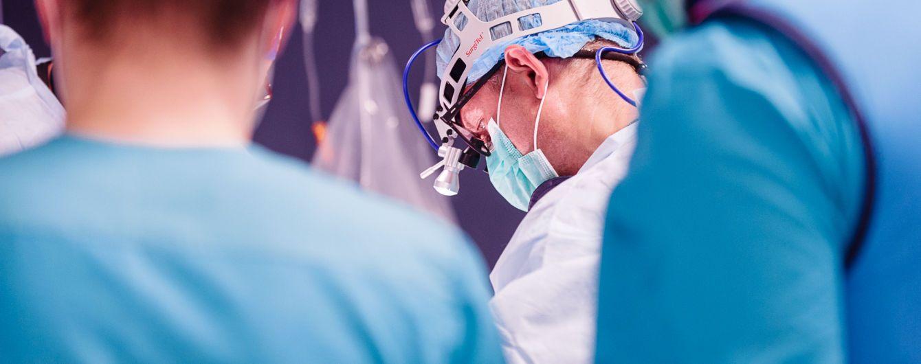 Украинские хирурги впервые заменили сердечный клапан 97-летней пациентке