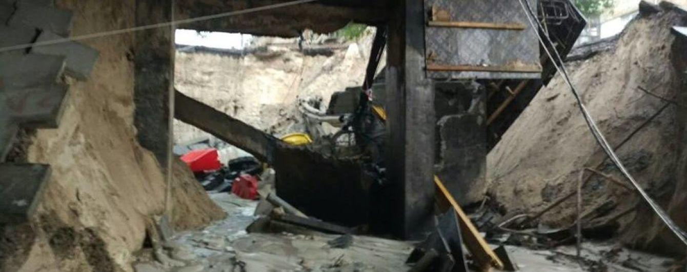 У Києві після зливи обвалився шляхопровід на Теліги