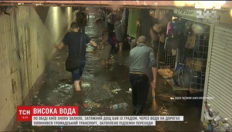 Затяжной ливень с градом остановил движение транспорта в Киеве