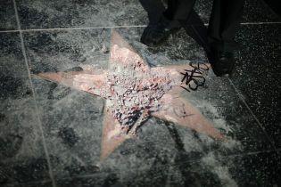 На Аллее славы в Голливуде мужчина разбил звезду Трампа и вызвал полицию