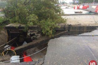 В Киеве на неопределенное время перекрыли движение вокруг обвалившегося путепровода
